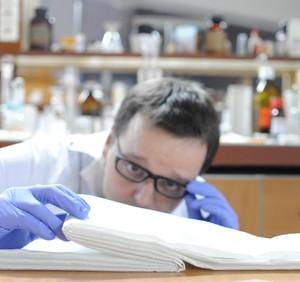 Doktorant Jan Paczesny z Instytutu Chemii Fizycznej PAN prezentuje mechanizm fałdowania warstw ciekłokrystalicznych na powierzchni wody odpowiedzialny za powstanie dziewięciowarstwy. (Źródło: IChF PAN, Grzegorz Krzyżewski)