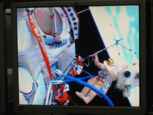 Moment rozkładania anteny analizatora częstotliwości radiowych RFA na zewnątrz Międzynarodowej Stacji Kosmicznej 19 lutego 2013 roku. Przyrząd skonstruowano w Centrum Badań Kosmicznych Polskiej Akademii Nauk w Warszawie. (Źródło: CBK PAN)
