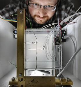 Dr Sławomir Jakieła z Instytutu Chemii Fizycznej PAN w Warszawie podczas pomiaru prędkości przepływu mikrokropel w układzie mikrofluidycznym. (Źródło: IChF PAN, Grzegorz Krzyżewski)