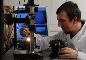 Do budowy subatomowego bitu użyto porficenu, związku od lat badanego w Instytucie Chemii Fizycznej Polskiej Akademii Nauk w Warszawie. Na zdjęciu doktorant Sylwester Gawinkowski przygotowuje próbkę porficenu do badań. (Źródło: IChF PAN, Grzegorz Krzyżewski)