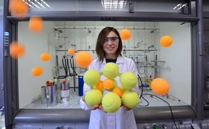 Żółte piłki tenisowe, spięte przestrzennie w kształt adamantu, symbolizują sieć krystaliczną materiału mikroporowatego powstającego w wyniku samoorganizacji nanometrycznych klasterów. Piłki pomarańczowe odpowiadają cząsteczkom gazu, które mogą adsorbować w tym materiale. Prezentację wykonuje doktorantka Katarzyna Sołtys z Instytutu Chemii Fizycznej Polskiej Akademii Nauk w Warszawie. (Źródło: IChF PAN, Grzegorz Krzyżewski)