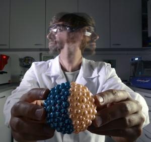 Dr Zbigniew Rozynek z Instytutu Chemii Fizycznej PAN w Warszawie prezentuje model kapsuły Janusa. (Źródło: IChF PAN, Grzegorz Krzyżewski)