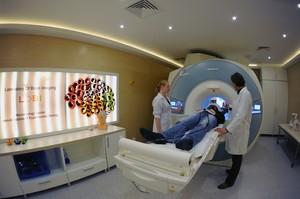 Badanie za pomocą skanera magnetycznego rezonansu jądrowego w Pracowni Obrazowania Mózgu Centrum Neurobiologii Instytutu Nenckiego. (Źródło: Instytut Nenckiego, Grzegorz Krzyżewski)