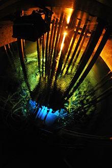 Promieniowanie Czerenkowa w reaktorze Maria. Fot. A. Rumińska, Wikimedia
