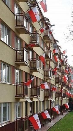 Polacy są przywiązani do narodowych barw. Bełchatów, ul. 1 Maja
