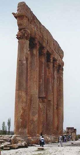 6 z 128 kolumn Świątyni Jowisza...