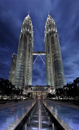 Petronas Twin Towers w Kuala Lumpur — najwy�sze bli�niacze wie�e �wiata o wysoko�ci 452 m., nawi�zuj�ce do sztuki islamskiej, nale�� do firmy Petronas — narodowego przedsi�biorstwa naftowego Malezji, kt�re wed�ug rankingu Fortune jest najbardziej zyskownym przedsi�biorstwem Azji; Financial Times uzna� Petronas za najbardziej wp�ywowe pa�stwowe przedsi�biorstwo naftowe z kraj�w spoza OECD