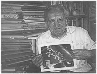 """Anrzej Nowicki, w dłoniach widać projekt okładki do jego książki """"Włochy 1919-1999"""". Projekt wykonany przez rzeźbiarza Donato Minnoniego. Na niebie widoczny jest """"Taurus"""" — herb miasta Taurisano"""