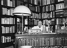 Andrzej  Olszewski w swoim gabinecie