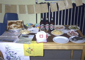 Stolik polski — kołacz słowiański, piwo Perła, ogórki, ser, miód, pyszna kiełbasa