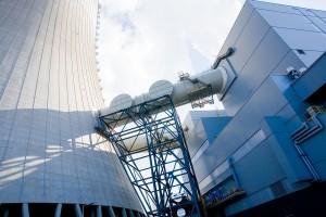 Kanał spalinowy przystosowany do przyłączenia instalacji CCP (pobór i zrzut spalin). W niższej części metalowej konstrukcji widać część instalacji wody chłodzącej dla CCP. Żródło: pgegiek.pl