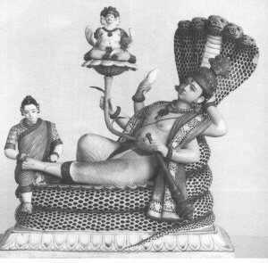 Czteroręki bóg Wisznu zażywający spoczynku na pięciogłowym wężu Anancie. Stopy boskie masuje jego małżonka — Lakszmi. Z pępka boga wyrasta kwiat lotosu na którym z kolei spoczywa inny bóg — czterogłowy Brahma. Nie wiadomo czy olbrzymia pała w rękach Wisznu jest na Lakszmi, Brahmę czy Ananta.