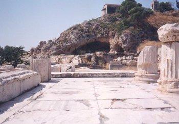Wejście do kompleksu sakralnego wEleusis, widok na grotę