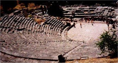 Delfy, teatr, poniżej świątynia Apolla