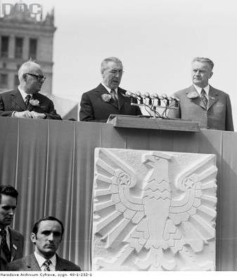 Na trybunie honorowej od lewej stoją: prof. Henryk Jabłoński, Isekretarz KC PZPR Edward Gierek (przemawia), premier Piotr Jaroszewicz. 1 maja 1973. NAC