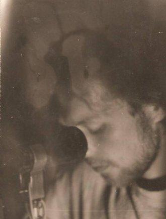 Jerzy Izdebski. Koncert 74 GB na targowisku, obok cmentarza w Ustce. Zdjęcie ze strony tollerblogspotcom-toller.blogspot.com