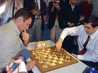 Vitali Klitschko w pojedynku szachowym z Vladimirem Kramnikiem, zdobywcą zunifikowanego tytułu Międzynarodowej Federacji Szachowej (FIDE)