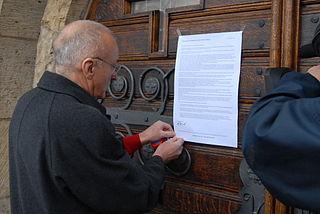 N. Denef przykleja swój list otwarty na drzwiach kościoła w Delitzsch. Wikimedia