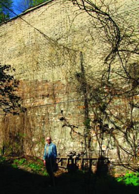 Mur wizytek z zewnątrz, Łukasz Dąbrowiecki