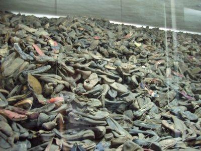 Sterta butów w obozie śmierci. Fot. Boska