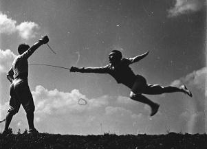 Trening szablistów: Jerzego Pawłowskiego i Wojciecha Zabłockiego, Zakopane 1954 r. Fot. PAP/CAF/Werner