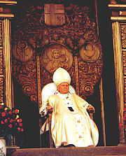 Papa na tronie. W Gniewie niedawno urządzono wystawę tronów, na których zasiadała święta pupa (FiM nr 21/2000)