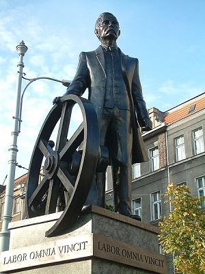 """Pomnik Cegielskiego z inskrypcją """"Praca zwycięża wszystko"""""""