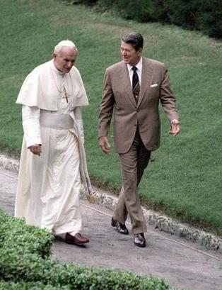 Wojtyła i Reagan — objęli władzę w tym samym czasie, obaj też byli w młodości aktorami: ten pierwszy teatralnym, ten drugi — filmowym