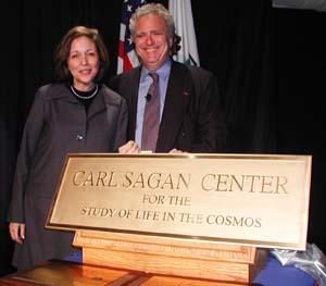 Ann Druyan i Louis Friedman przy kamieniu węgielnym nowego centrum badań Sagana