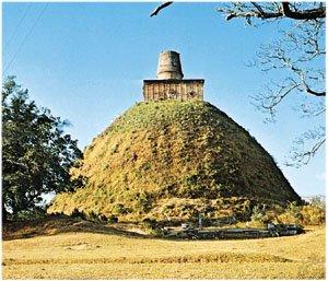 Stupa na Sri Lance, nieprzypadkowo przypomina nasze kopce — konstrukcje te bowiem to pierwotnie typowe kurhany, które w ciągu wieków ewoluowały w buddyjskie świątynie o różnych funkcjach kulturowych
