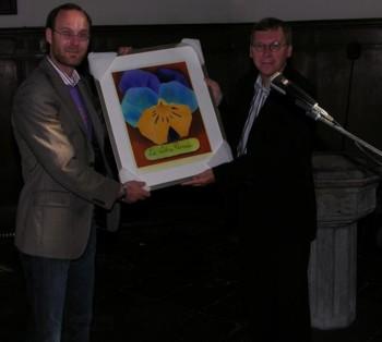 """Dirk z prawej z obrazem z logo stowarzyszenia """"Wolna Myśl"""""""